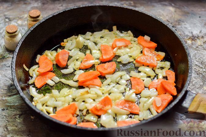 Фото приготовления рецепта: Свекла, тушенная с луком и морковью - шаг №5
