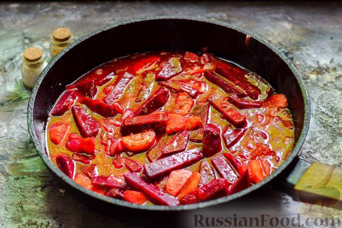 Фото приготовления рецепта: Свекла, тушенная с луком и морковью - шаг №10