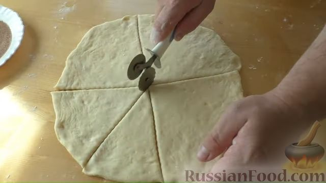 Фото приготовления рецепта: Сдобные булочки-рогалики с бананом и яблоком - шаг №7