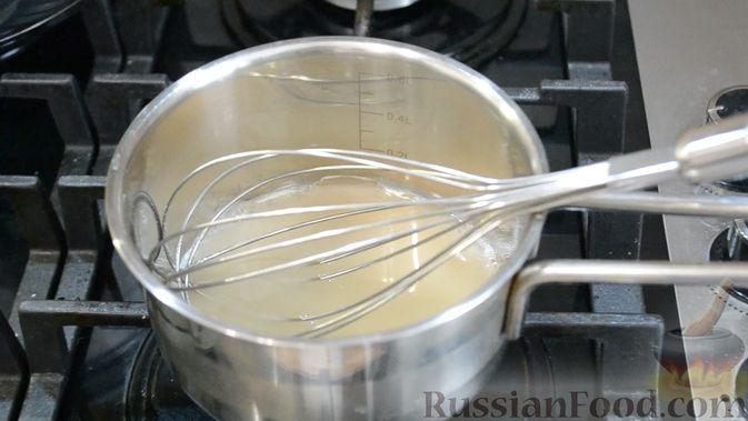 Фото приготовления рецепта: Двухслойные конфеты «Птичье молоко» с клубникой - шаг №4