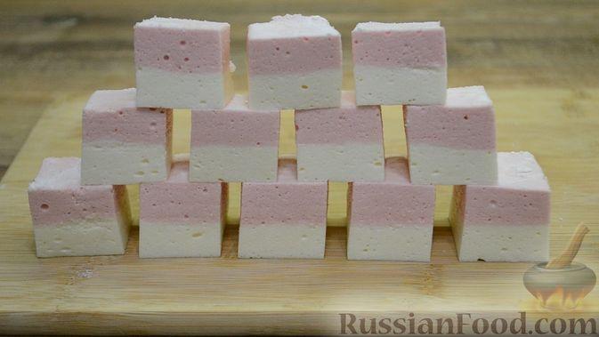 Фото приготовления рецепта: Двухслойные конфеты «Птичье молоко» с клубникой - шаг №20