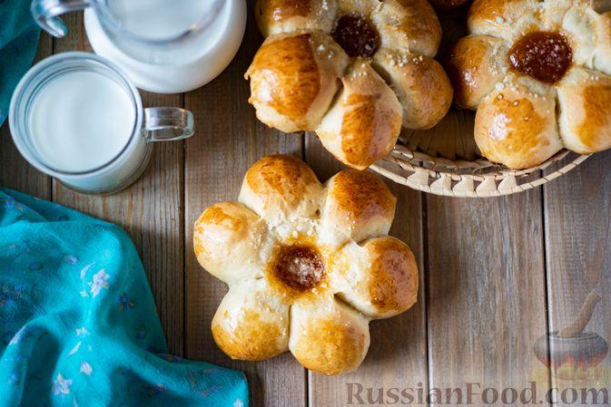 Фото к рецепту: Сдобные булочки-цветочки с джемом и штрейзелем