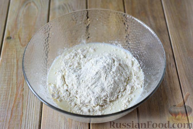 Фото приготовления рецепта: Сдобные булочки-цветочки с джемом и штрейзелем - шаг №3