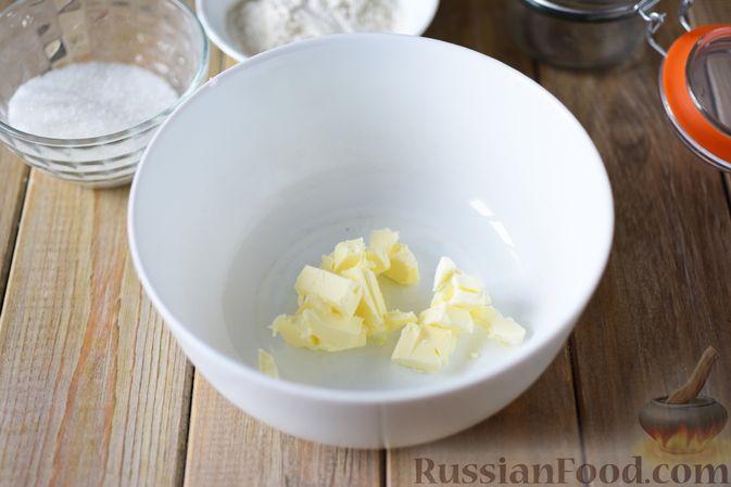 Фото приготовления рецепта: Сдобные булочки-цветочки с джемом и штрейзелем - шаг №5