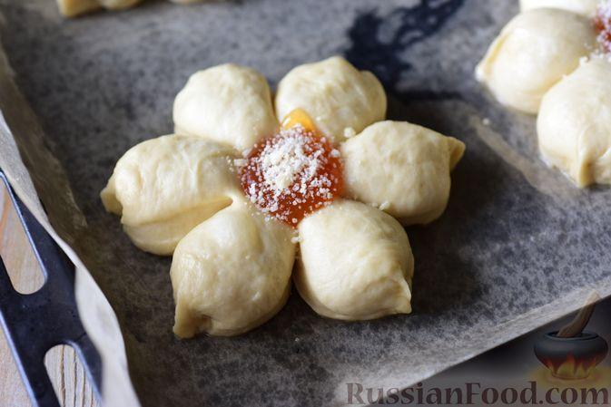 Фото приготовления рецепта: Сдобные булочки-цветочки с джемом и штрейзелем - шаг №19