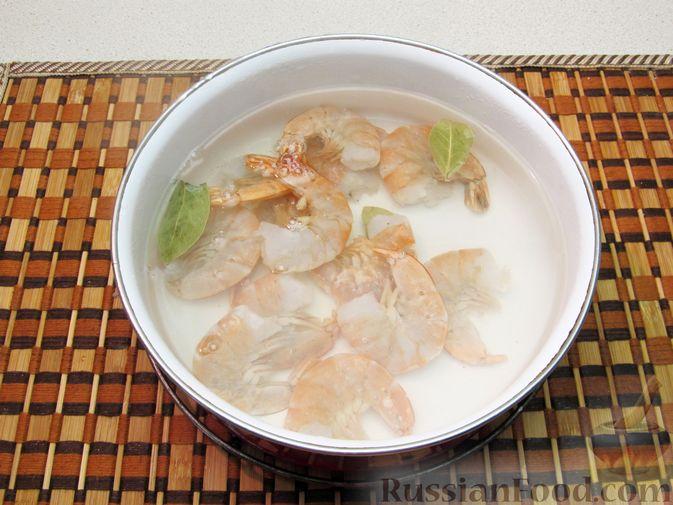 Фото приготовления рецепта: Салат с креветками, рисом и кукурузой - шаг №8