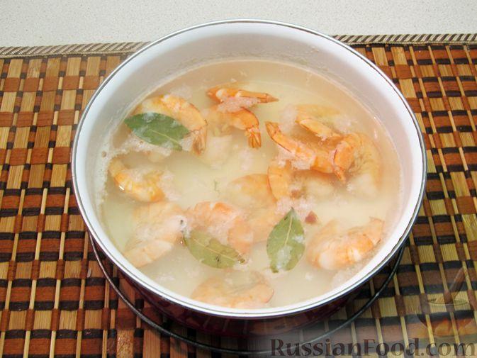 Фото приготовления рецепта: Салат с креветками, рисом и кукурузой - шаг №9