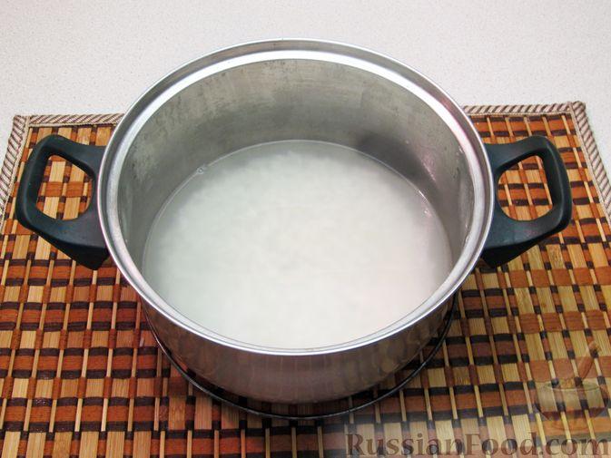 Фото приготовления рецепта: Салат с креветками, рисом и кукурузой - шаг №3