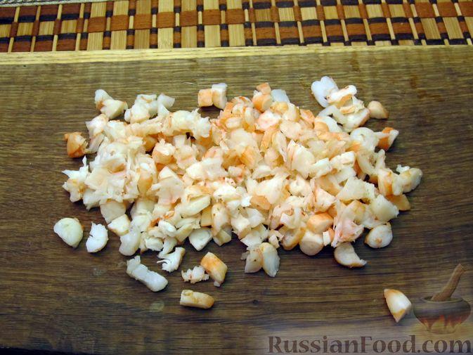 Фото приготовления рецепта: Салат с креветками, рисом и кукурузой - шаг №12