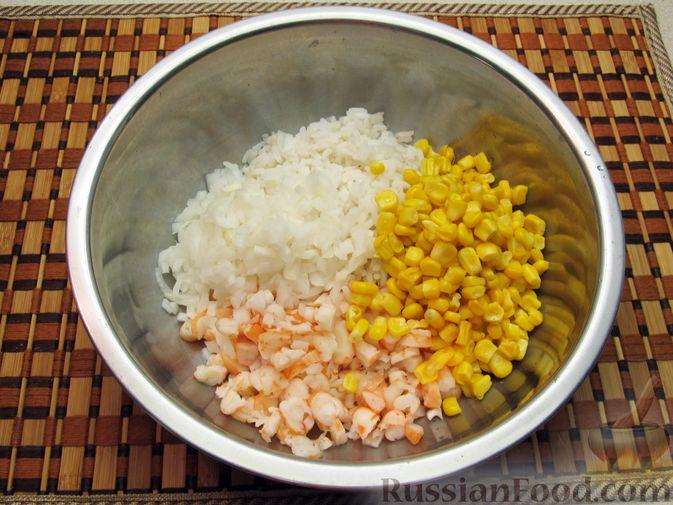 Фото приготовления рецепта: Салат с креветками, рисом и кукурузой - шаг №13
