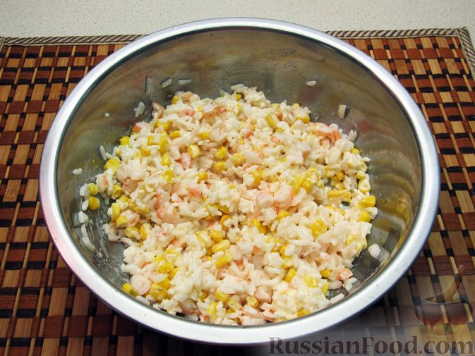 Фото приготовления рецепта: Салат с креветками, рисом и кукурузой - шаг №15