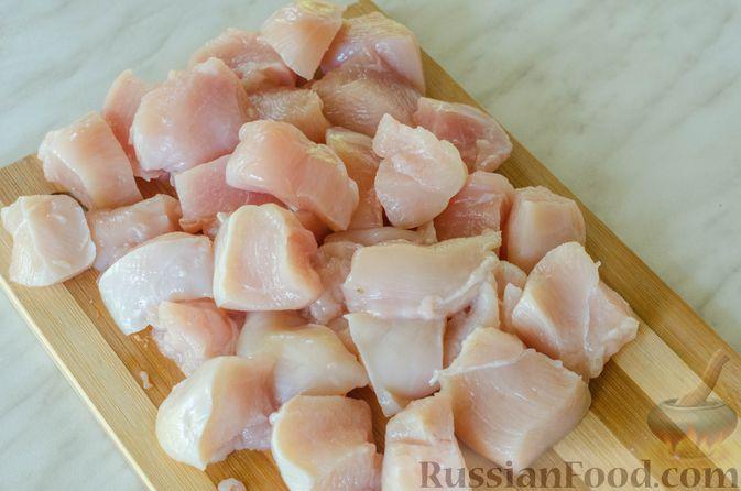 Фото приготовления рецепта: Куриное филе, тушенное с кабачками и шампиньонами - шаг №2