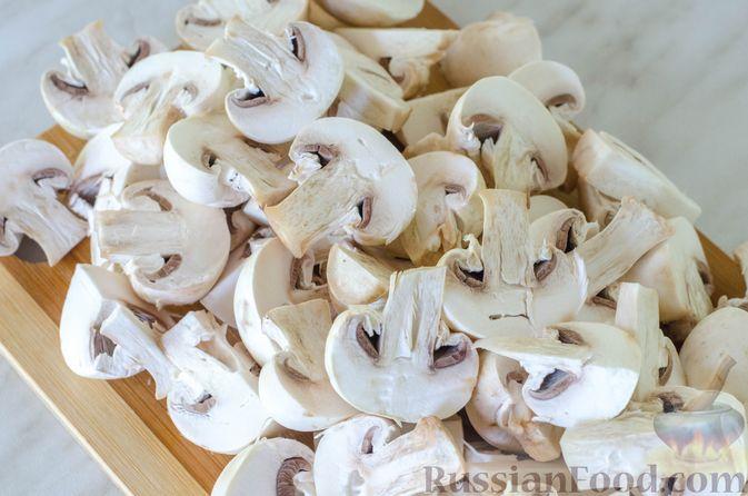 Фото приготовления рецепта: Куриное филе, тушенное с кабачками и шампиньонами - шаг №6