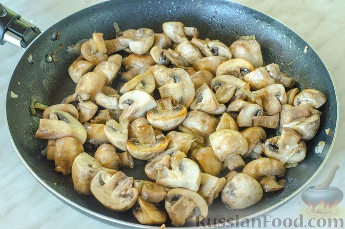 Фото приготовления рецепта: Куриное филе, тушенное с кабачками и шампиньонами - шаг №7