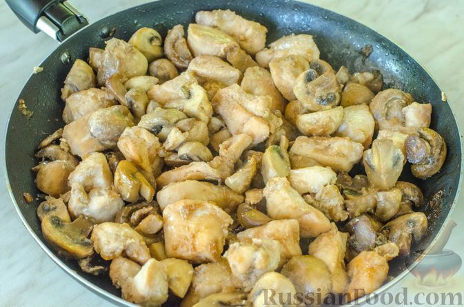 Фото приготовления рецепта: Куриное филе, тушенное с кабачками и шампиньонами - шаг №8