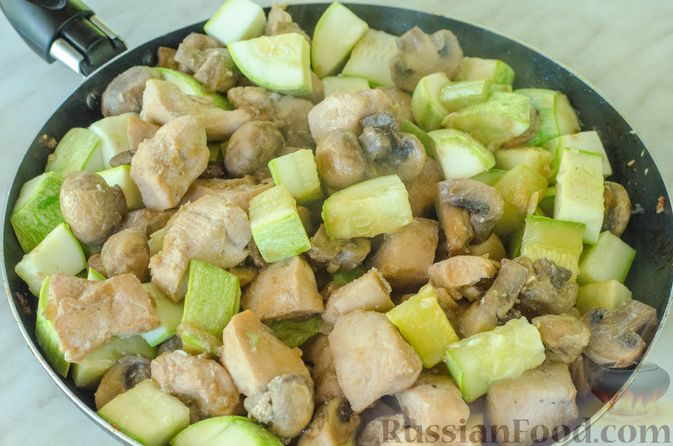 Фото приготовления рецепта: Куриное филе, тушенное с кабачками и шампиньонами - шаг №10