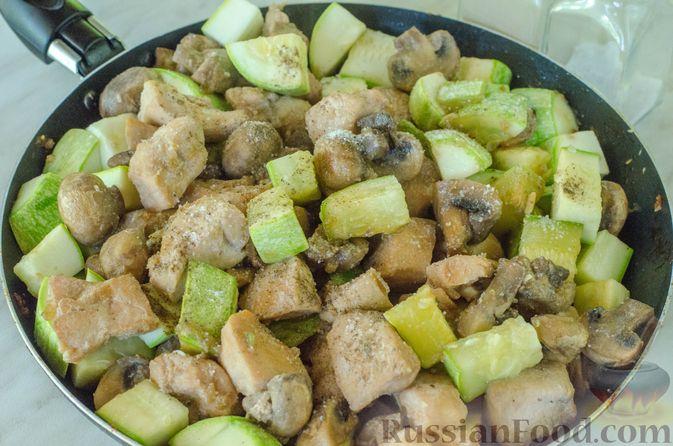 Фото приготовления рецепта: Куриное филе, тушенное с кабачками и шампиньонами - шаг №11
