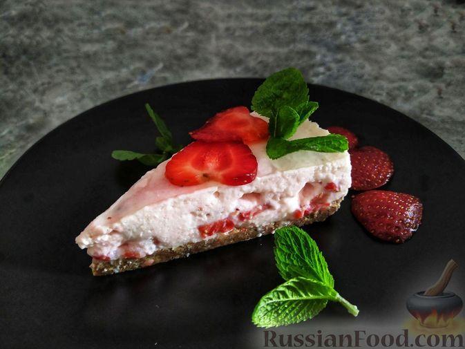 Фото к рецепту: Клубнично-йогуртовый торт без выпечки