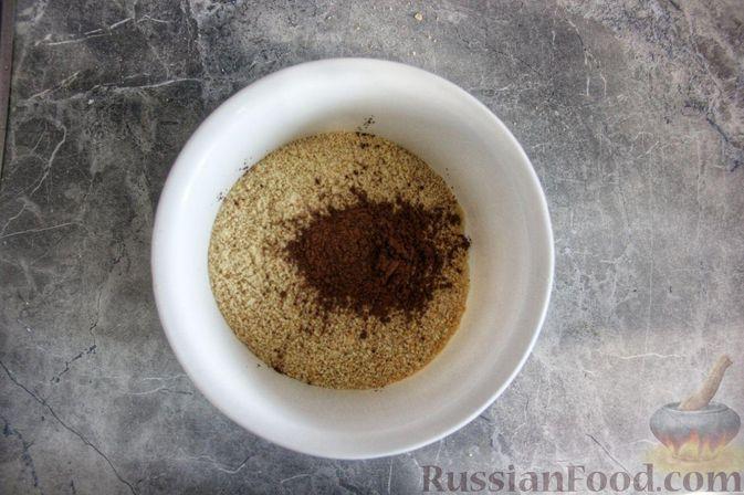 Фото приготовления рецепта: Клубнично-йогуртовый торт без выпечки - шаг №4