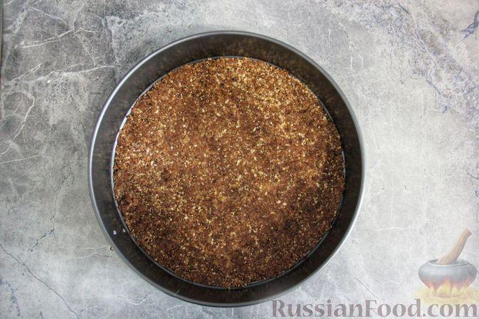 Фото приготовления рецепта: Клубнично-йогуртовый торт без выпечки - шаг №7