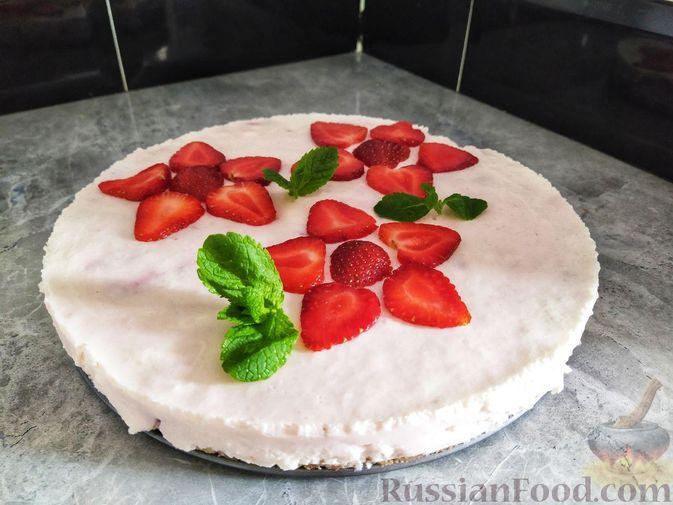 Фото приготовления рецепта: Клубнично-йогуртовый торт без выпечки - шаг №16
