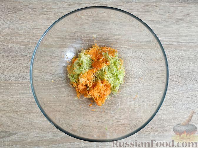 Фото приготовления рецепта: Запечённые куриные котлеты с кабачком и морковью - шаг №4