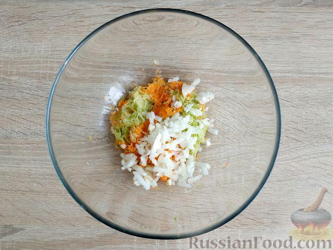 Фото приготовления рецепта: Запечённые куриные котлеты с кабачком и морковью - шаг №5