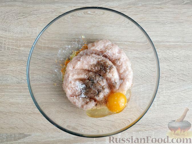 Фото приготовления рецепта: Запечённые куриные котлеты с кабачком и морковью - шаг №7