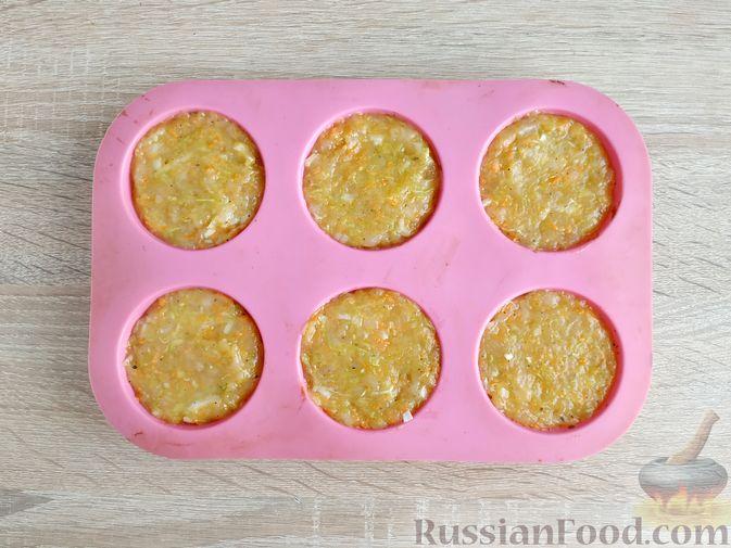 Фото приготовления рецепта: Запечённые куриные котлеты с кабачком и морковью - шаг №9