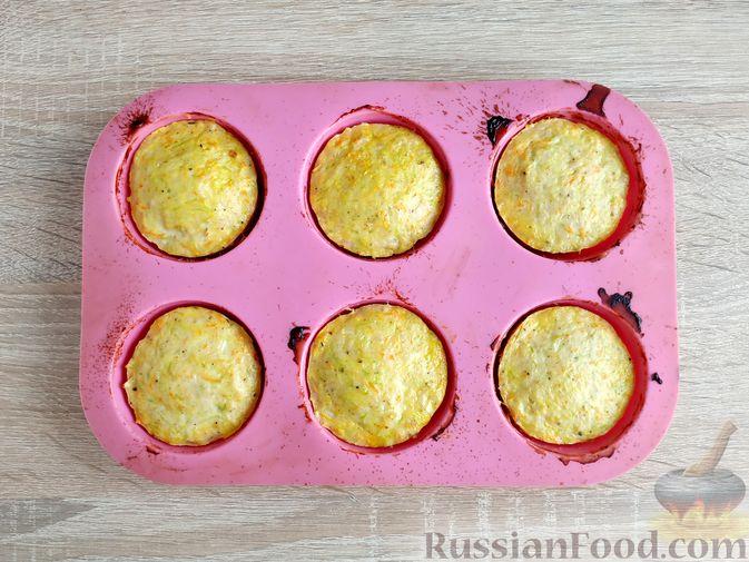 Фото приготовления рецепта: Запечённые куриные котлеты с кабачком и морковью - шаг №10