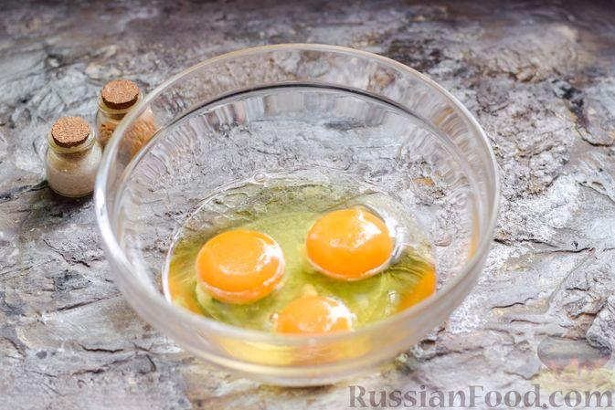 Фото приготовления рецепта: Яичница-болтунья с зелёным горошком - шаг №2