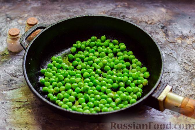 Фото приготовления рецепта: Яичница-болтунья с зелёным горошком - шаг №5