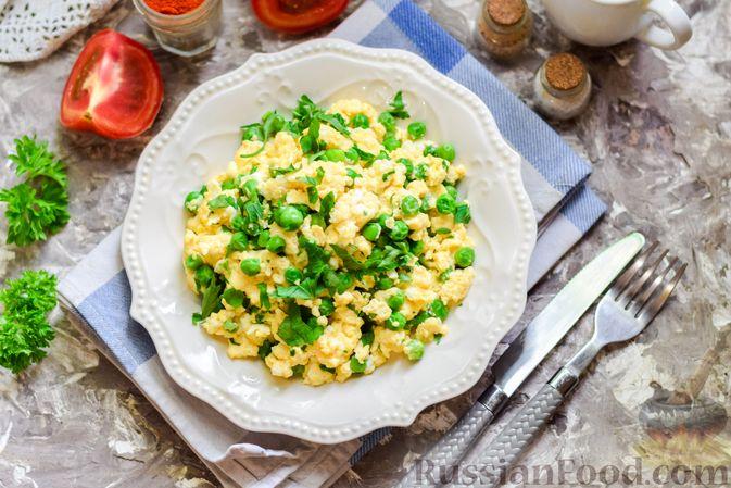Фото приготовления рецепта: Яичница-болтунья с зелёным горошком - шаг №10