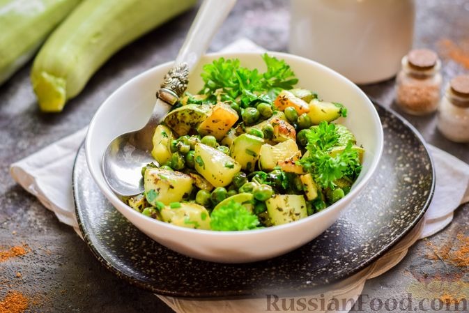 Фото к рецепту: Кабачки, тушенные с зелёным горошком