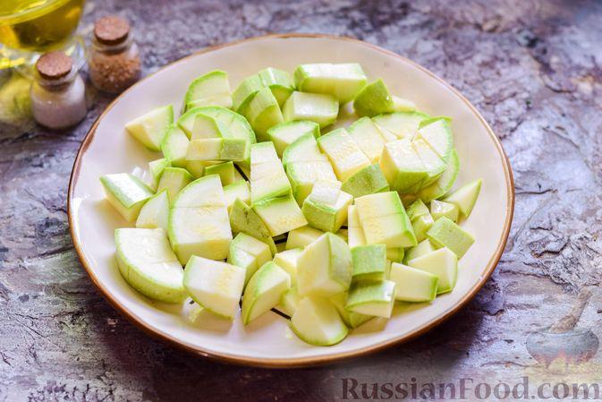 Фото приготовления рецепта: Кабачки, тушенные с зелёным горошком - шаг №2