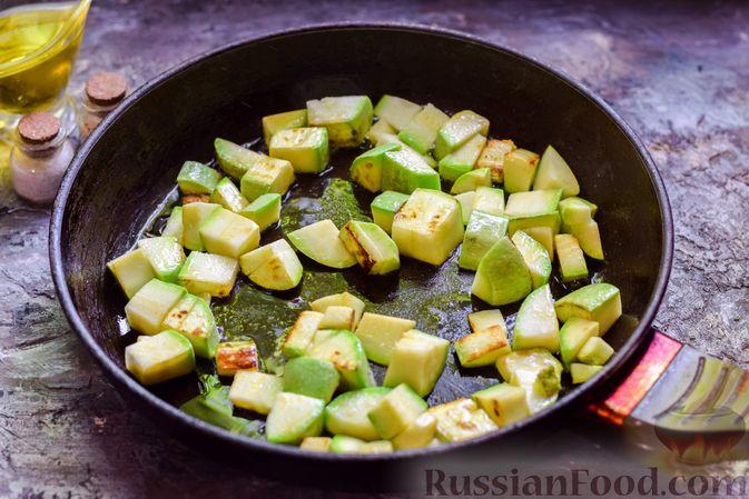 Фото приготовления рецепта: Кабачки, тушенные с зелёным горошком - шаг №4