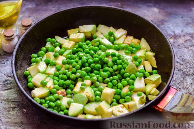 Фото приготовления рецепта: Кабачки, тушенные с зелёным горошком - шаг №5