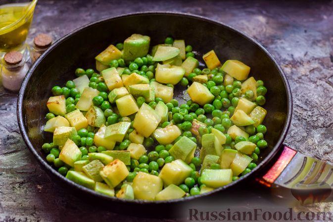 Фото приготовления рецепта: Кабачки, тушенные с зелёным горошком - шаг №6