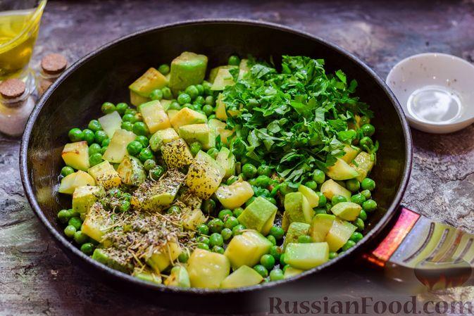 Фото приготовления рецепта: Кабачки, тушенные с зелёным горошком - шаг №7
