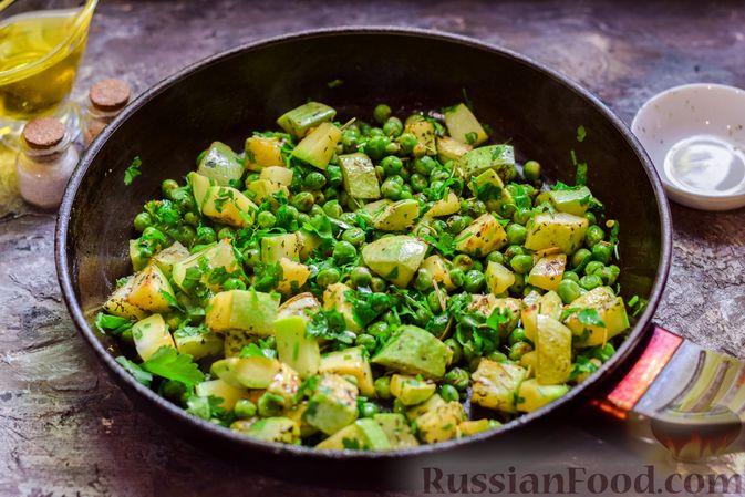 Фото приготовления рецепта: Кабачки, тушенные с зелёным горошком - шаг №8