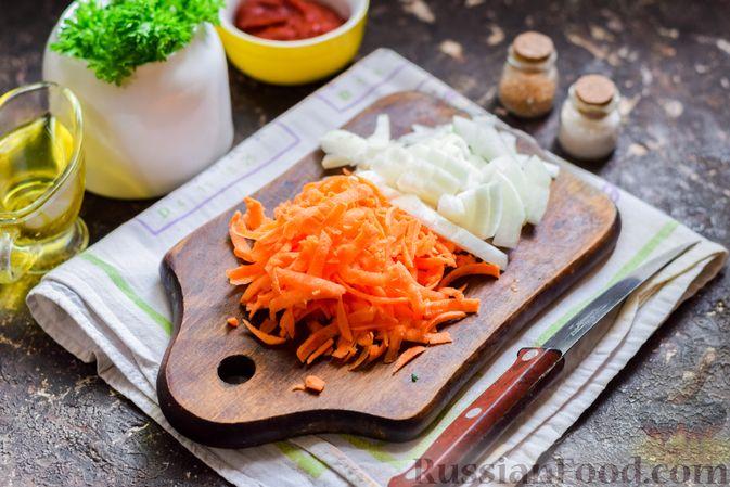 Фото приготовления рецепта: Куриная печень, тушенная с молодой картошкой и кабачками - шаг №2