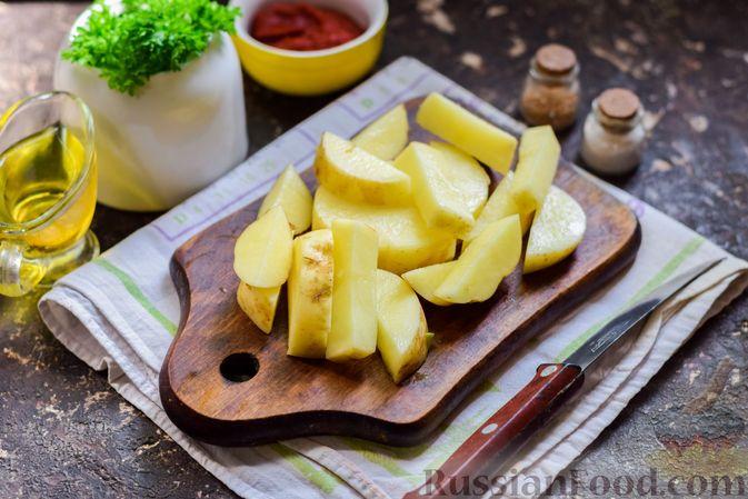 Фото приготовления рецепта: Куриная печень, тушенная с молодой картошкой и кабачками - шаг №5