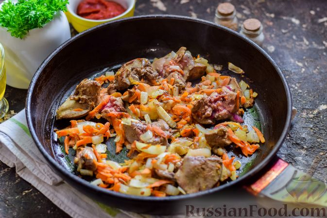 Фото приготовления рецепта: Куриная печень, тушенная с молодой картошкой и кабачками - шаг №6