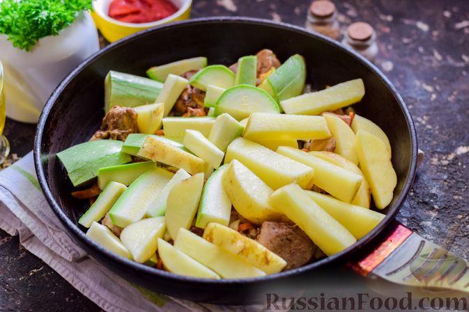 Фото приготовления рецепта: Куриная печень, тушенная с молодой картошкой и кабачками - шаг №7