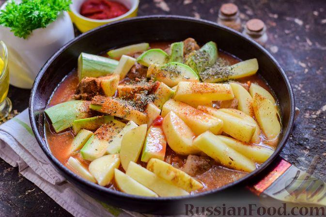 Фото приготовления рецепта: Куриная печень, тушенная с молодой картошкой и кабачками - шаг №8