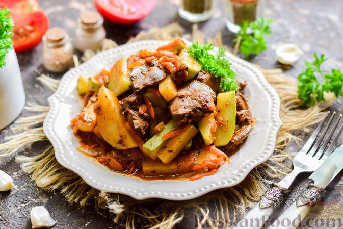Фото приготовления рецепта: Куриная печень, тушенная с молодой картошкой и кабачками - шаг №10