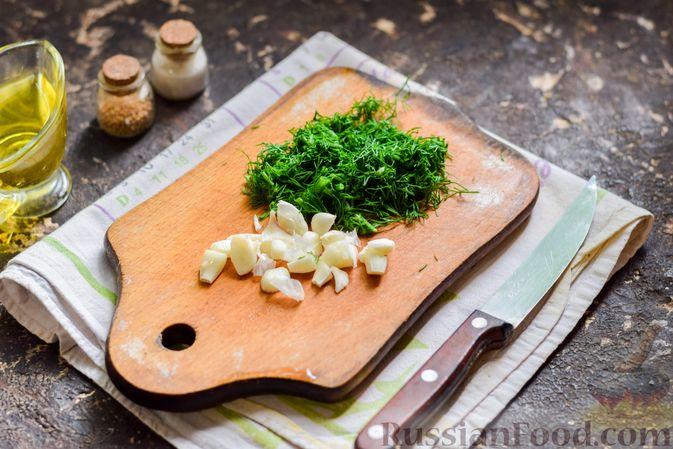 Фото приготовления рецепта: Куриная печень, запечённая с помидором и сыром - шаг №6