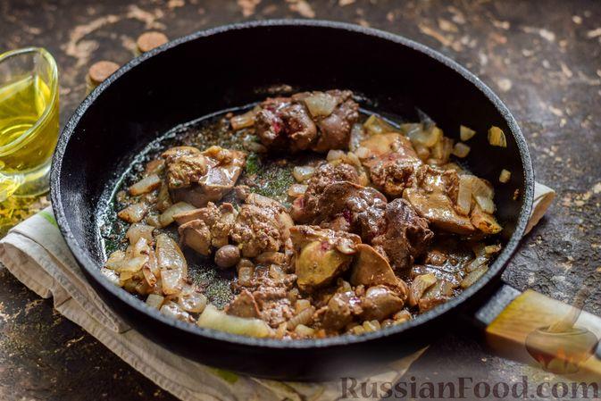 Фото приготовления рецепта: Куриная печень, запечённая с помидором и сыром - шаг №8