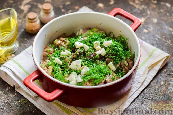 Фото приготовления рецепта: Куриная печень, запечённая с помидором и сыром - шаг №10