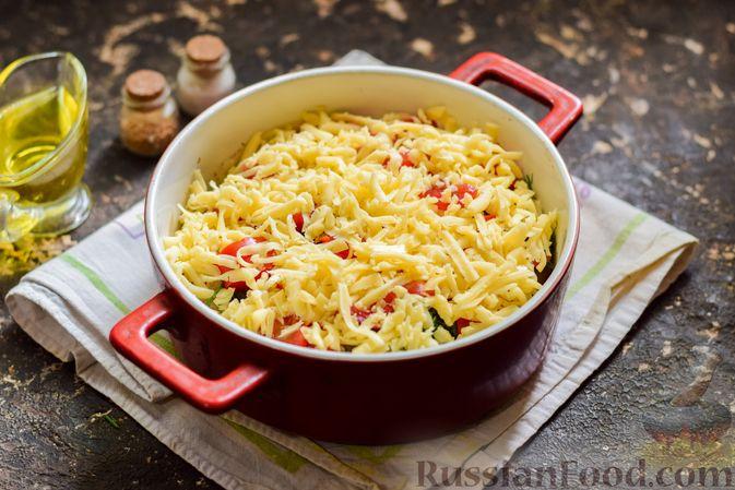 Фото приготовления рецепта: Куриная печень, запечённая с помидором и сыром - шаг №12